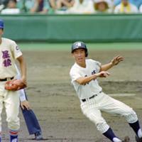 第74回全国高校野球選手権大会2回戦(明徳義塾-星稜)、二回裏明徳義塾無死、岡村が中前打を放ち、敵失で二塁に進む=阪神甲子園球場で1992年8月16日
