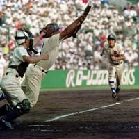 第74回全国高校野球選手権大会1回戦【長岡向陵-星稜】二回裏星稜1死満塁、北村がスクイズを決め、三塁走者の福角を迎え入れ先制点を挙げる。試合は11-0で星稜が圧勝した=阪神甲子園球場で1992年8月11日