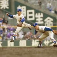 第64回選抜高校野球大会1回戦の宮古戦、六回裏、宮古・沢田の打球を好捕した星稜の松井秀喜。左は遊撃手の林(現星稜監督)=兵庫県西宮市の甲子園球場で1992年3月27日