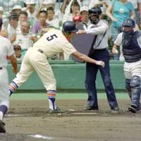 第74回全国高校野球選手権大会2回戦【星稜-明徳義塾】一回表星稜2死三塁、四球で一塁へ向かう星稜の松井=阪神甲子園球場で1992年8月16日