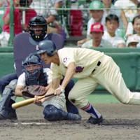 第74回全国高校野球選手権大会2回戦【星稜-明徳義塾】三回表星稜1死満塁、月岩がスクイズを決める=阪神甲子園球場で1992年8月16日