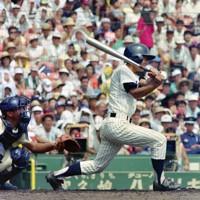 第74回全国高校野球選手権大会2回戦【星稜-明徳義塾】二回裏明徳義塾1死二塁、久岡が左中間適時二塁打を放つ=阪神甲子園球場で1992年8月16日