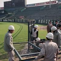 撤去される阪神甲子園球場ラッキーゾーンのフェンス=兵庫県西宮市で1991年12月5日、山田耕司撮影