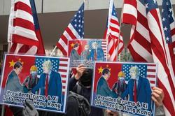 香港のデモでは、米中首脳の融和を訴えているが…… (Bloomberg)