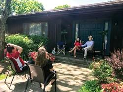 密集を避け、屋外にて会話を楽しむ人々 筆者撮影