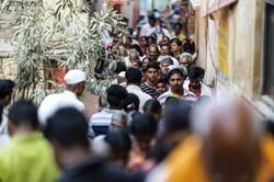 例年大勢の人々が参拝に押し掛けにぎわうが、今季はその姿が消えた (Bloomberg)