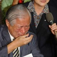 娘のめぐみさんが「死亡した」と伝えられ、涙をぬぐう横田滋さん(左)と妻の早紀江さん=衆議院第1議員会館で2002年9月17日午後6時17分、根岸基弘撮影