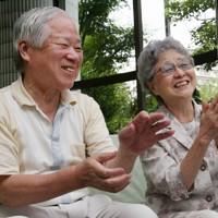 めぐみさんが子供のときに旅行した思い出を話し、自然と笑みがこぼれる横田滋さん(左)と早紀江さん=川崎市で2009年8月5日、梅村直承撮影