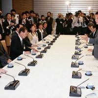 横田滋さん(左端)、飯塚繁雄さん(左から3人目)ら拉致被害者家族にあいさつする麻生太郎首相(右から3人目)=首相官邸で2008年10月2日午後5時21分、須賀川理撮影