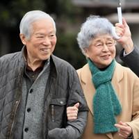 支援者との集まり「横田夫妻を囲む会」を終え、腕を組んで歩く横田滋さん(左)と早紀江さん=川崎市で2017年2月5日、竹内紀臣撮影
