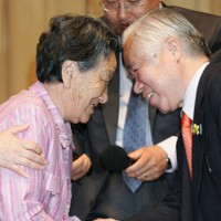 横田滋さん(右)の手を固く握る金英男氏の母の崔桂月さん=ソウル市内で2006年5月16日午後2時19分、石井諭撮影