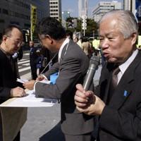 街頭で支援者とともに拉致問題の早期解決を訴える横田滋さん(右端)=大阪市北区で2003年10月18日午後0時半、大西達也撮影
