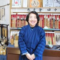 奈良筆の良さを知ってほしいと話す田中さん=奈良市内で