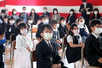 First-year students are seen during an entrance ceremony at Sendai municipal Hachihonmatsu Elementary School in the northern Japan prefecture of Miyagi on June 1, 2020. (Mainichi/Daisuke Wada)