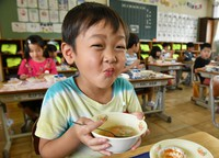 First-graders enjoy their school lunches for the first time as Mitsuike Elementary School reopened in the central Japan city of Tokai, Aichi Prefecture, on June 1, 2020. (Mainichi/Koji Hyodo)
