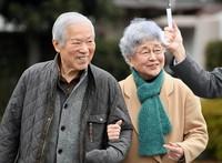 North Korean abductee Megumi Yokota's father Shigeru Yokota, who passed away recently, walks beside his wife Sakie after a meeting with his supporters in the eastern Japan city of Kawasaki, Kanagawa Prefecture, on Feb. 5, 2017. (Mainichi/Kimi Takeuchi)