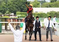 Horse racing jockey Kenichi Ikezoe celebrates on Gran Alegria after winning the 70th Yasuda Kinen race at Tokyo Racecourse in the suburban Tokyo city of Fuchu on June 7, 2020. (Mainichi/Tamaki Tatsuro)