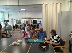 カフェテリアでは、住民と来訪した高齢者がカードゲームに興じていた=筆者撮影