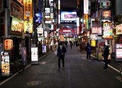 平日も閑散 人通りが少なくなった新宿・歌舞伎町。東京都は夜間の外出自粛呼び掛けをさらに強化する=東京都新宿区で2020年3月30日午後6時43分、喜屋武真之介撮影