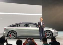 家電IT見本市CESの開幕前イベントで、電気自動車のコンセプトモデル「VISION―S」を披露するソニーの吉田憲一郎最高経営責任者(CEO)=米西部ラスベガスで2020年1月6日、中井正裕撮影