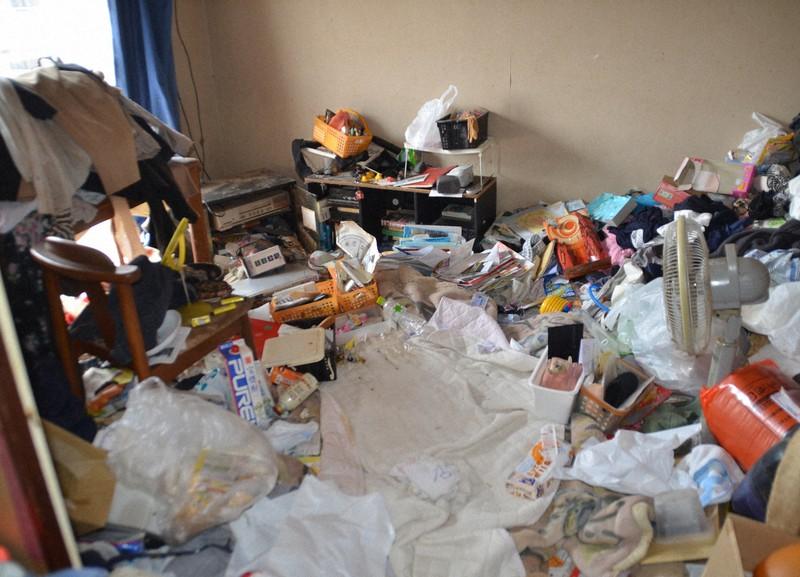 セルフネグレクト状態となった60代の女性が一人で横たわり亡くなっていた部屋。取材時も物があふれていた=横浜市内で2017年3月19日午前11時54分、工藤哲撮影