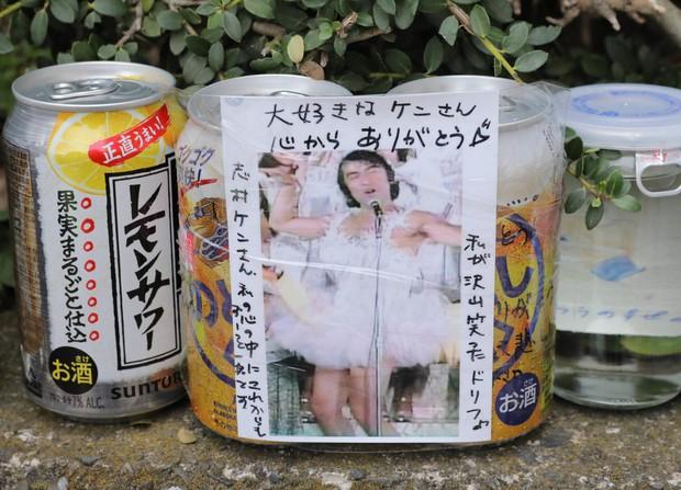 メッセージ付きの志村さんの写真と共に供えられたお酒が置かれていた=東京都東村山市で2020年3月31日午前8時42分、宮武祐希撮影