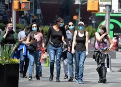 気温が上がり、軽装でタイムズスクエア周辺を歩く人たち。入院患者数が減り、中心部でも外出する人の姿が増えてきた=米ニューヨーク市で2020年5月15日、隅俊之撮影
