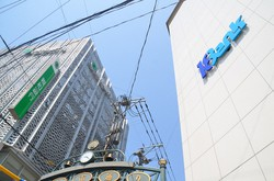 長崎市では今年10月に合併を予定する十八銀行の思案橋視点(右)と親和銀行の浜町支店が隣接する