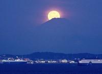 Mount Fuji and a full moon are seen in this picture taken in Futtsu, Chiba Prefecture, on Feb. 26, 2013. (Mainichi/Koichiro Tezuka)