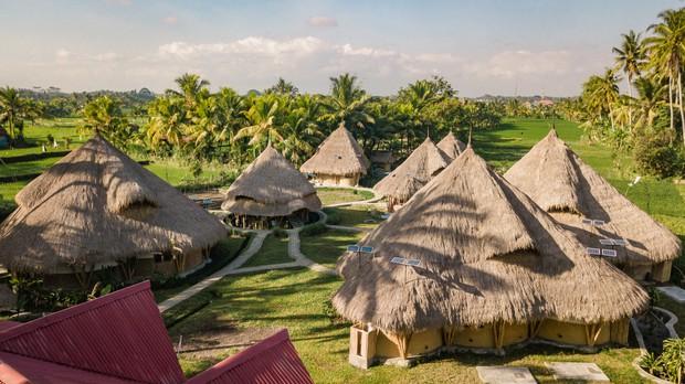 田んぼの中に広がる六つのヴィラと一つのヨガシャラ=Mana Earthly Paradise提供