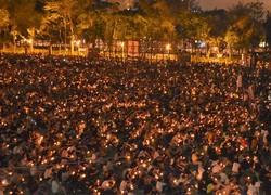 2019年6月4日にあった天安門事件の追悼集会は、ろうそくを手にした大勢の市民で埋まった=香港中心部のビクトリア公園で、福岡静哉撮影