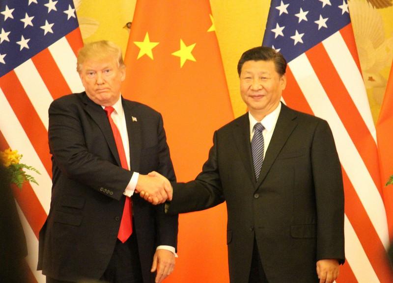 ドナルド・トランプ米大統領(左)と習近平・中国国家主席=北京で2017年11月9日、高本耕太撮影