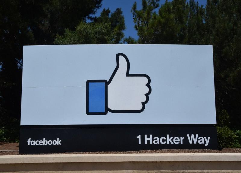 フェイスブック本社前に掲げられた「いいね!」マーク