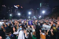 天安門事件の31周年にあたる6月4日、香港のビクトリア公園に集まった市民。国家安全法に反対する声も上がった。 (Bloomberg)