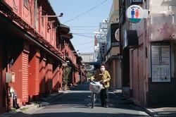 新型コロナウイルスの感染拡大で人通りがほとんど途絶えた東京・浅草(4月25日) (Bloomberg)