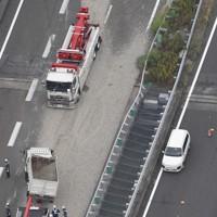 ダンプとトラックが横転し、砂利が散乱した東名高速上り線の事故現場=愛知県尾張旭市で2020年6月12日午後2時31分、本社ヘリから