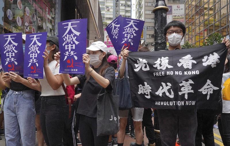 香港の国家安全法制に抗議する人々=香港で5月24日、AP