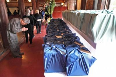 身元不明者合同葬を終え、骨箱に向かい手を合わせる参列者=岩手県釜石市の石応禅寺で2011年6月17日午後2時32分、武市公孝撮影