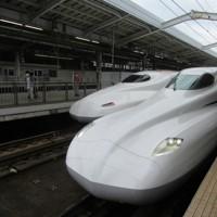 新大阪駅に到着した東海道新幹線の新型車両「N700S」(右)。左の新幹線は現在運行しているN700タイプ=13日午後0時53分、小坂剛志撮影