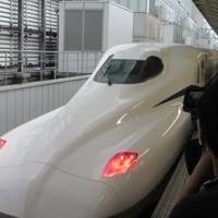 東京駅に入線した東海道新幹線の新型車両「N700S」=13日午前10時6分、小坂剛志撮影