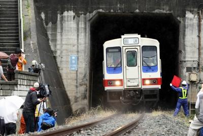 震災の地震でレールが曲がり、三陸鉄道の南リアス線・鍬台トンネル(釜石―大船渡市間)の中に取り残されたままだった車両1両が、約3カ月半ぶり外の光を浴びた=岩手県大船渡市で2011年6月24日午前11時5分、小川昌宏撮影