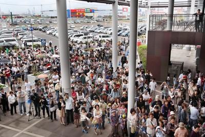 震災の津波で浸水し、休業していたアウトレットモールが再開。多くの人たちが詰め掛け、オープンを待って列を作った=仙台市宮城野区で2011年6月25日午前9時49分、尾籠章裕撮影