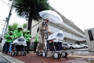 通学路の安全性を調べるため、カートに線量計を載せて行われた放射線の測定作業=福島市で2011年6月26日午前9時40分、貝塚太一撮影