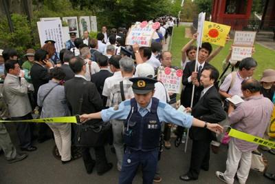 警察官が警備する中、東京電力の株主総会会場に入る株主ら=東京都港区で2011年6月28日午前9時35分、森田剛史撮影
