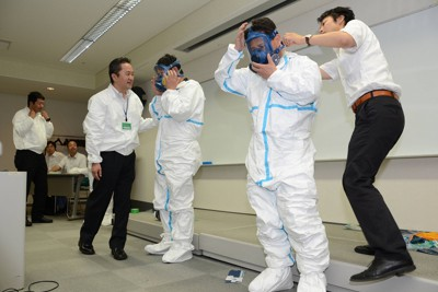 作業員の熱中症防止のため、防護服やマスクの着用の仕方について福島労働局による指導を受ける参加者たち=福島県いわき市で2011年6月30日午後2時49分、高瀬浩平撮影