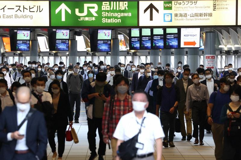 緊急事態宣言解除から一夜明け、マスク姿で通勤する人たち=2020年5月26日、宮武祐希撮影