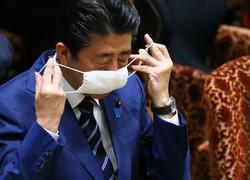 マスクを着用して参院決算委員会に臨む安倍晋三首相=国会内で2020年4月1日午前9時53分、竹内幹撮影