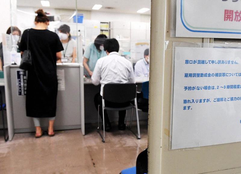 雇用調整助成金の申請手続きで混雑する窓口=福岡市博多区で2020年6月5日午後2時25分、田鍋公也撮影