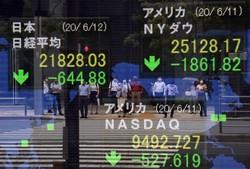 NYダウと日経平均の株価が大きく下落したことを示すボード=東京都中央区で2020年6月12日、梅村直承撮影