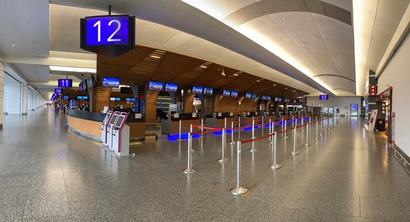 台湾の桃園国際空港は、ほとんど人の姿が見当たらなかった(スマートフォンのパノラマ機能で撮影)=2020年6月12日、福岡静哉撮影